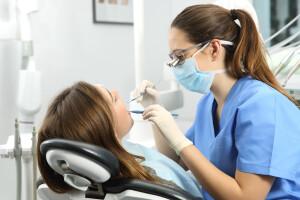 dentist-working-woman_583030357